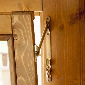Dettaglio aperta anta finrstra  casetta Rustica