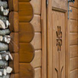 Dettaglio intaglio porta casetta Rustica