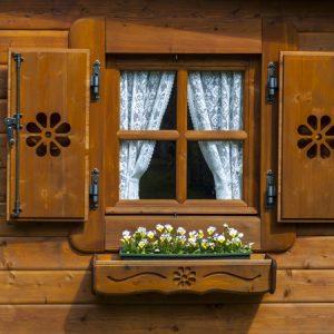 Dettalio balcone fioriera casetta Rustica
