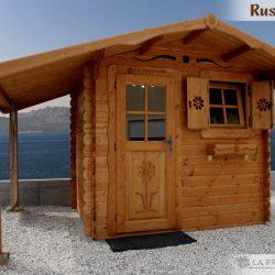 casetta di legno con legnaia