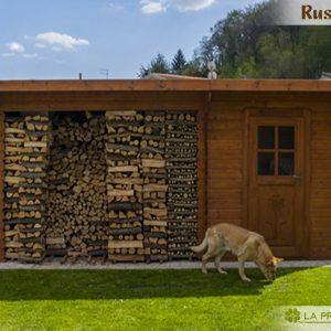casetta da giardino con legnaia