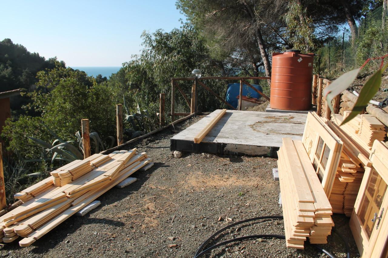 Allestiamo il cantiere dove la casetta verrà posizionata preparando tutti i materiali utili alla costruzione