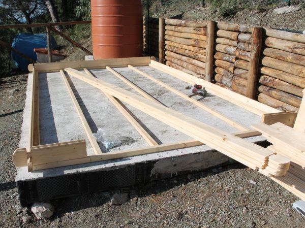 Il montaggio continua poi con la costruzione dello scheletro del pavimento e con l'incastro delle tavole a rotazione.