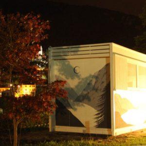 Questa personalizzazione della casetta cubo è stata pensata come Infopoint per un festival locale. Le forme squadrate di questo modello rendono lo spazio altamente funzionale e permettono la massima personalizzazione per quanto riguarda l'estettica della struttura
