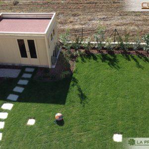 Vista dall'alta di una casetta Cubo moderna, che si adatta perfettamente anche ai giardini più contenuti.
