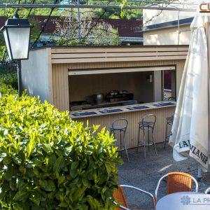 Questa variante in legno del modello Cubo è stata pensata e modellata come chiosco valorizzare lo spazio esterno di una struttura alberghiera.
