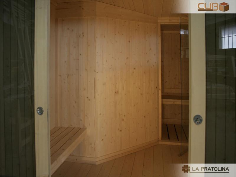 Particolare di una casetta in legno realizzata per adibire una sauna finlandese al suo interno.