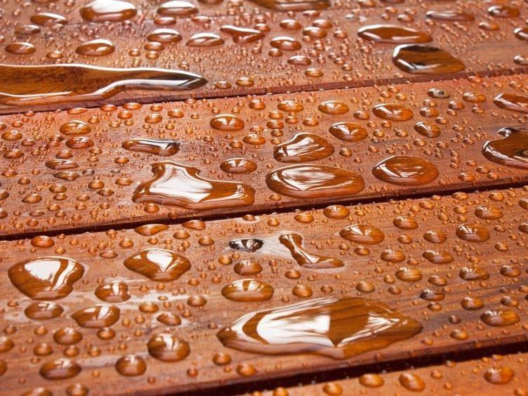 Il legno, dopo l'applicazione della vernice, diviene impermeabile prevenendo l'azione lesiva di precipitazioni e umidità.
