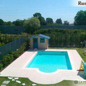 La casetta di legno su misura è stata realizzata a bordo piscina richiamando anche nei colori l'atmosfera rilassante e suggestiva dell'acqua.