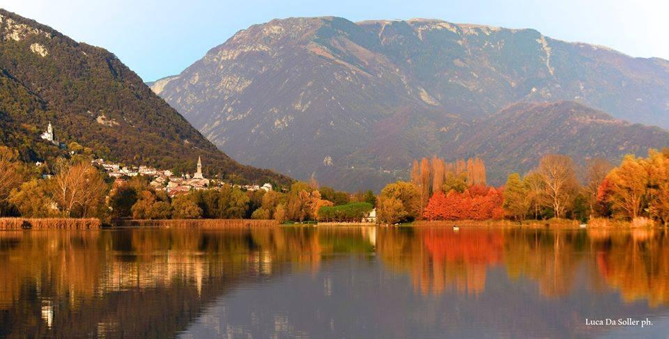 Il meraviglioso lago di Revine, con lo sfondo delle Alpi.
