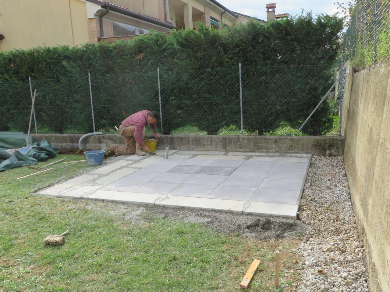 Fugare le piastre con del cemento per assicurare massima coesione.