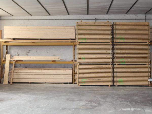 Il nostro tavolame grezzo proviene da fornitori certificati PEFC, il sistema che garantisce il reimpianto ecosostenibile delle foreste.