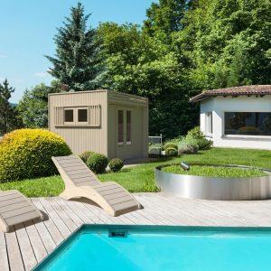 Giardino con piscina attrezzato con sdraio e casetta La Pratolina