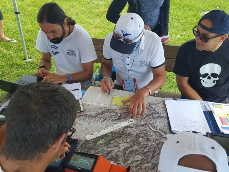 I ragazzi del Paradelta Club studiano le cartine prima del decollo.