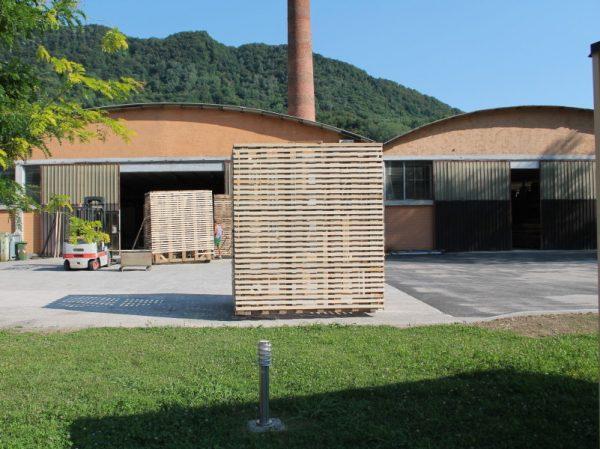 Qui trasportiamo la struttura in legno dalla nostra sede al Festival.