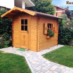 casetta in legno giardino con siepe