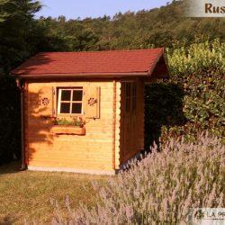 casetta in legno in collina