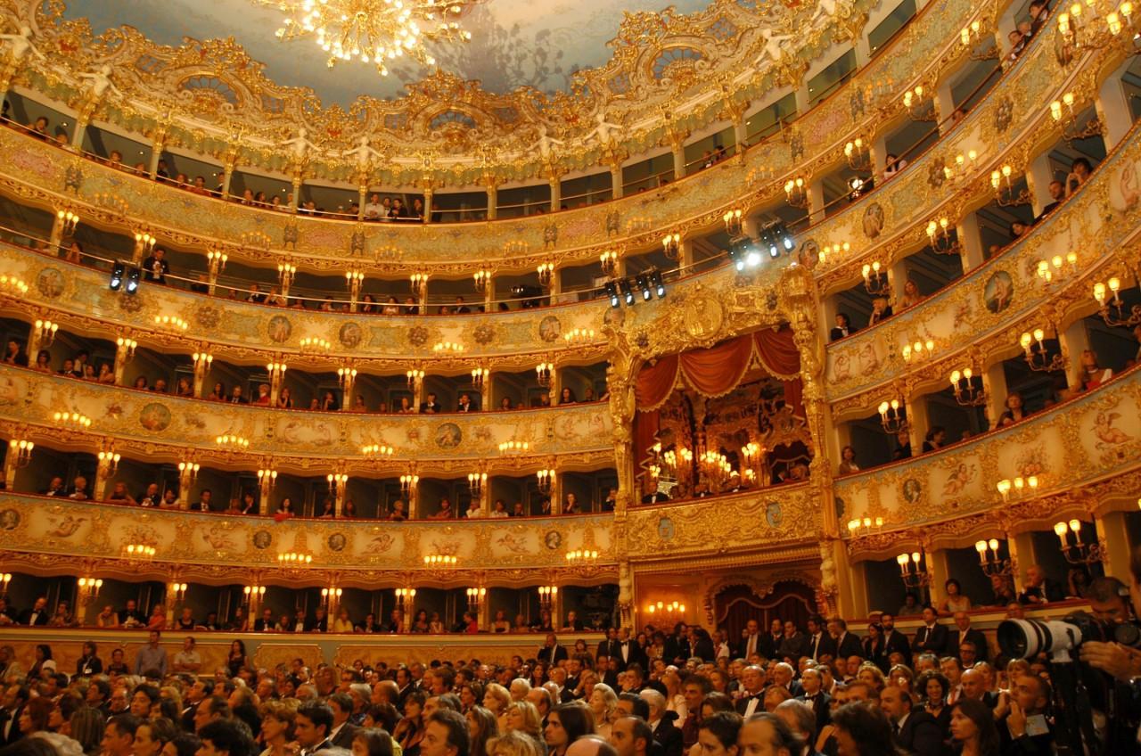 Gli interni in legno del teatro La Fenice di Venezia.
