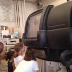 I bambini, durante la visita guidata, si divertono a curiosare il lavoro delle macchine CNC che stanno lavorando il tavolame.