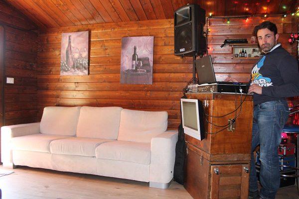 area relax in casetta con divano