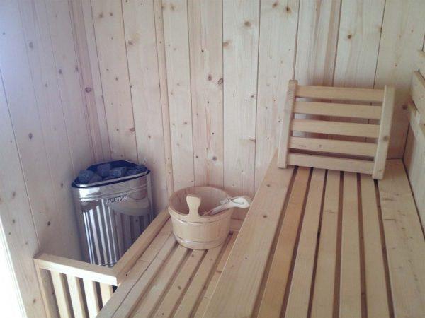 Interno sauna in legno dentro casetta da giardino